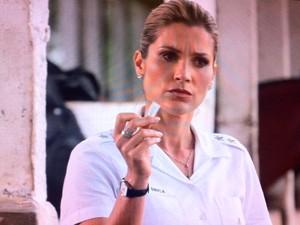 Érica encontra papel do remédio que Théo foi acusado de usar (Foto: Salve Jorge / TV Globo)
