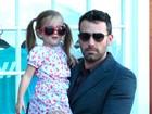 Filha de Ben Affleck e Jennifer Garner usa óculos maiores que seu rosto