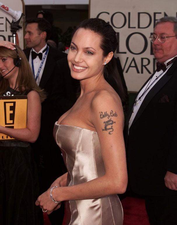 Angelina Jolie nos anos 2000. Veja abaixo como ficou a tatuagem após a transformação (Foto: Kevin Winter/Getty Images)