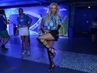 Veridiana Freitas mostra as pernas na Sapucaí e afirma: 'Sigo no zero a zero'