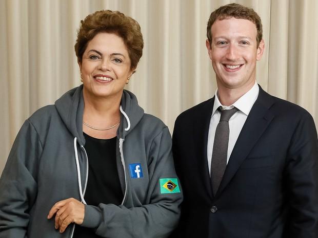 A presidente Dilma Rousseff posa com o Mark Zuckerberg, o criador do Facebook, durante encontro na Cidade do Panamá (Foto: Roberto Stuckert Filho/PR)