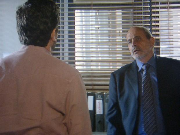 Josué ajuda José Alfredo ao entregar prova (Foto: Gshow)