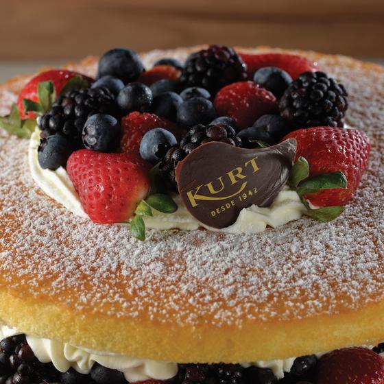 SUBLIME.Naked Cake do Kurt,vencedor  em melhor bolo.Camadas de bolo branco intecaladas com chantilly e frutas vermellhas (Foto: Alexander Landau/ÉPOCA)