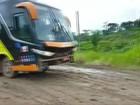 Ônibus atola em trecho crítico da BR-364 e é rebocado; veja vídeo