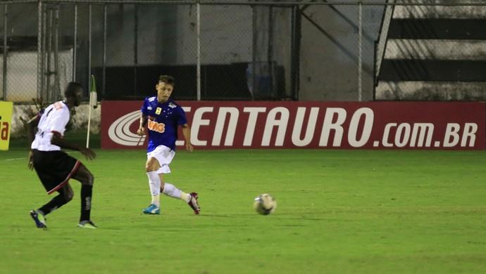 Neilton recebe a bola marcado por Selmo Lima (Foto: Ailton Cruz / Vipcomm)