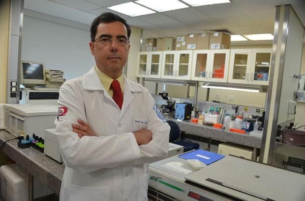 O pesquisador Edecio Cunha Neto, do Instituto do Coração (Incor), que trabalha no desenvolvimento da vacina anti-HIV brasileira (Foto: Sergio Barbosa/Incor)