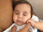 Deborah Secco mostra filha dormindo no colo do pai