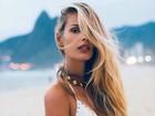 Yasmin Brunet faz carão e exibe tatuagens usando vestido decotado