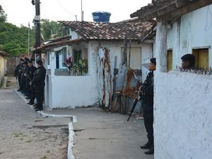 Mais de 200 policias militares e civis participaram da operação em Mandacaru, João Pessoa (Foto: Walter Paparazzo/G1)