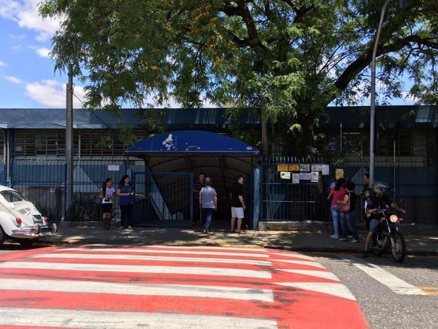 Eleitores entram na escola Genesio Machado Professor, na Vila Santana, em Sorocaba (Foto: Ana Paula Yabiku/G1)