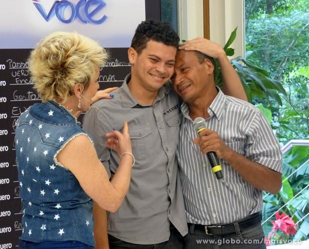 Ana Maria promove reencontro emocionante entre pai e filho (Foto: Mais Você / TV Globo)