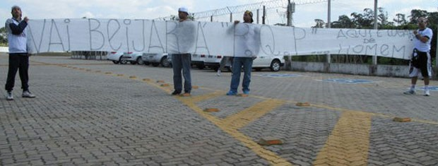 Torcedores da Camisa 12 protestam contra Sheik com faixas com frases homofóbicas (Foto: Rodrigo Faber / Globo Esporte)