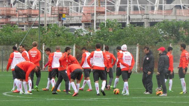 Dunga conversa com reservas antes do treino do Inter (Foto: Tomás Hammes / GLOBOESPORTE.COM)