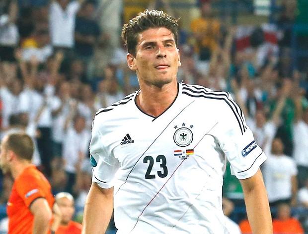Mario Gomez comemora gol da Alemanha contra Holanda (Foto: Reuters)