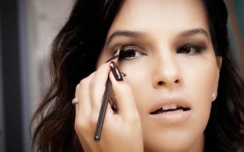 Maquiagem delicada para o dia: Mari Rios ensina combinação de sombra e delineador