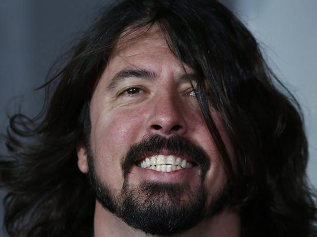 O músido Dave Grohl, conhecido por seu trabalho a frente do Foo Fighters, sorri no tapete vermelho do Brit Awards 2013, que aconece nesta quarta (20) em Londres (Foto: Andrew Cowie/AFP)