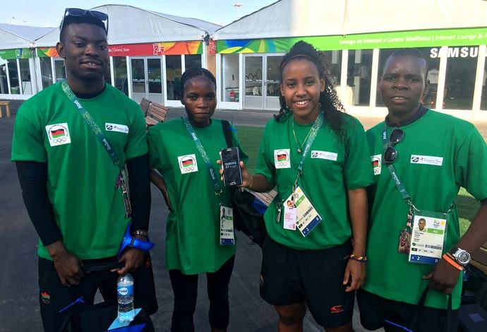 Atletas do Malawi ganharam telefones celulares na Vila Olímpica do Rio (Foto: Tiago Leme)