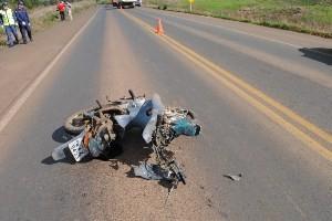 Automóvel colidiu de frente com moto em Campos Novos (SC) (Foto: Oséias Inácio)
