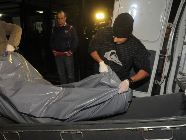 Corpo de Champignon é retirado do prédio onde ele morava em São Paulo e é levado ao IML (Foto: Francisco Cepeda/ Ag. News)