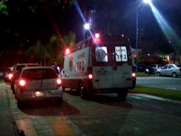 Ambulância do Samu em campus da UFBA na noite desta quarta-feira (7) (Foto: Thamires Assad/TV Bahia)
