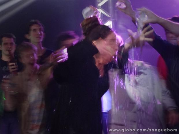 Dona Arcipreste leva banho de drinks depois de tentar curar homossexuais (Foto: Sangue Bom/ TV Globo)