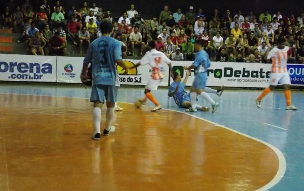 Semifinal entre times de Mato Grosso MT na Copa dos Campeões de futsal 2012 em Dourados MS (Foto: Gessé André/TV Morena)