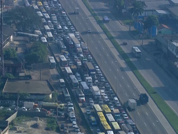 Trânsito no local ficou lento e gerou um congestionamento de quatro quilômetros por volta das 7h30 (Foto: Reprodução/ TV Globo)
