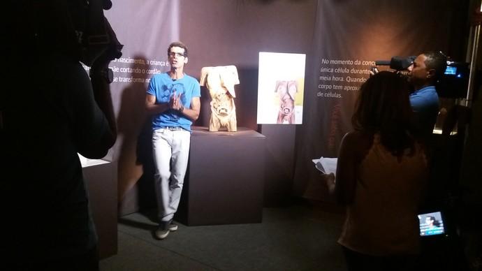 Jackson Costa faz passeio por dentro da anatomia humana no 'Aprovado' de sábado (Foto: TV Bahia)