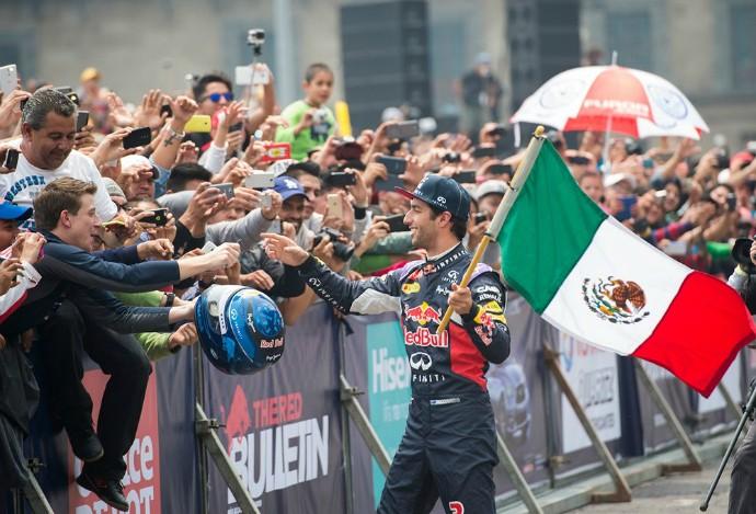 Daniel Ricciardo caiu nas graças da torcida ao carregar bandeira mexicana (Foto: Reprodução/Twitter)