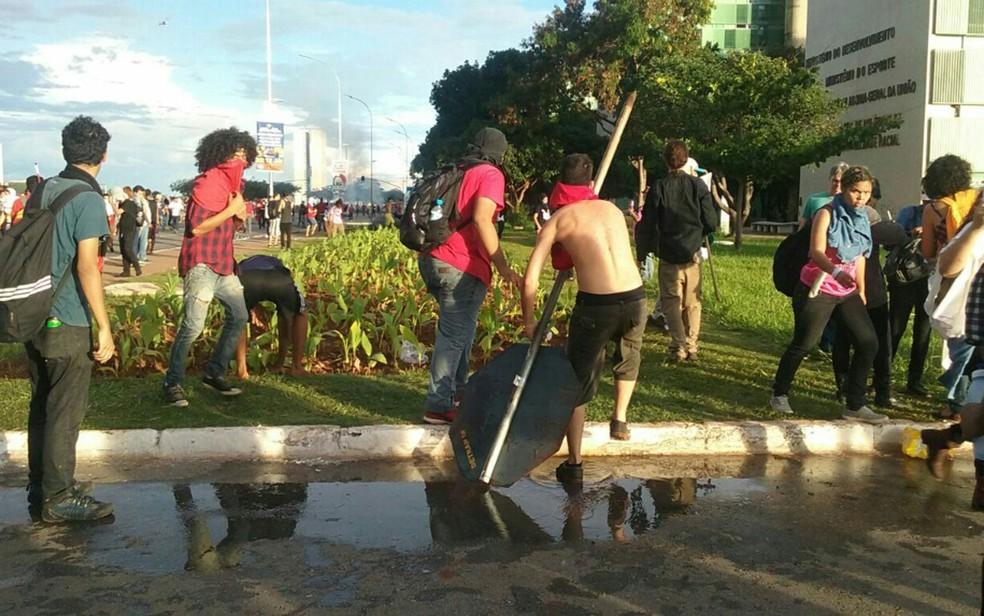 Grupo arranca placa de trânsito na Esplanada dos Ministérios durante ato contra a PEC 55 (Foto: Luiza Garonce/G1)