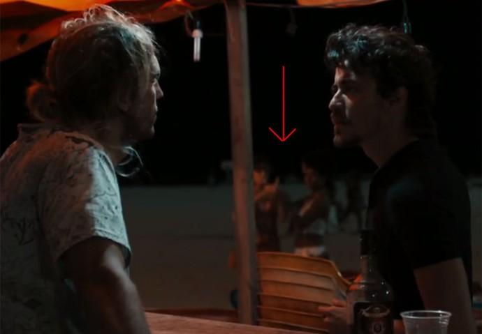 Celso conversa com Vicente, enquanto Rose e Débora esperam ao fundo para comprar drogas (Foto: TV Globo)