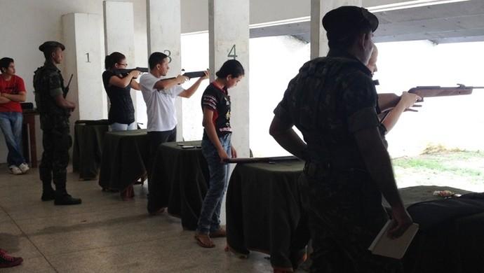 Competidores na área de tiro do 34º BIS (Foto: Clube do Atirador/Divulgação)