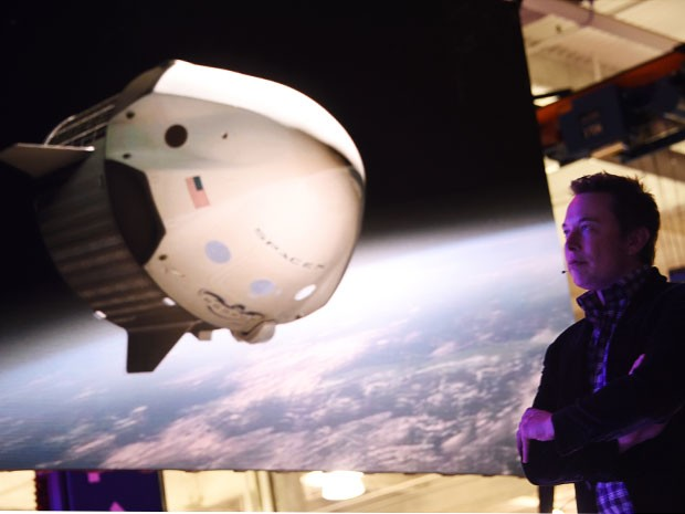 O diretor da SpaceX, Elon Musk, mostra vídeo de animação da Dragon V2 (Foto: Kevork Djansezian/Getty Images North America/AFP)
