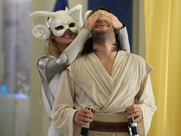 Gata aparece de surpresa na festa à fantasia e corre para os braços de Davi (Foto: Camila Camacho/Gshow)