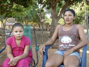 Mãe da criança diz que já não aguenta mais ir ao hospital e ser mandada de volta para casa sem nenhuma explicação (Foto: Reprodução/TV Anhanguera)