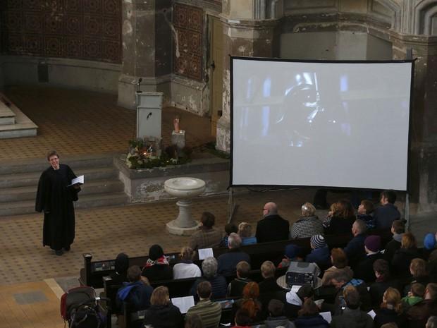 Telão exibe trecho de filme da saga de 'Star Wars' durante culto temático em Berlim neste domingo (20) (Foto: Hannibal Hanschke/Reuters)