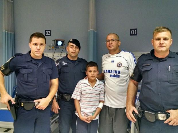 Adolescente foi resgatado após ser levado por correnteza de córrego (Foto: GCM/Divulgação)