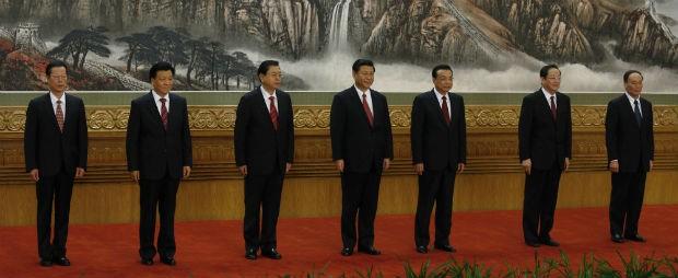 Novos membros do Politburo posam para fotos no Grande Salão do Povo, em Pequim, na China (Foto: Vincent Yu/AP)