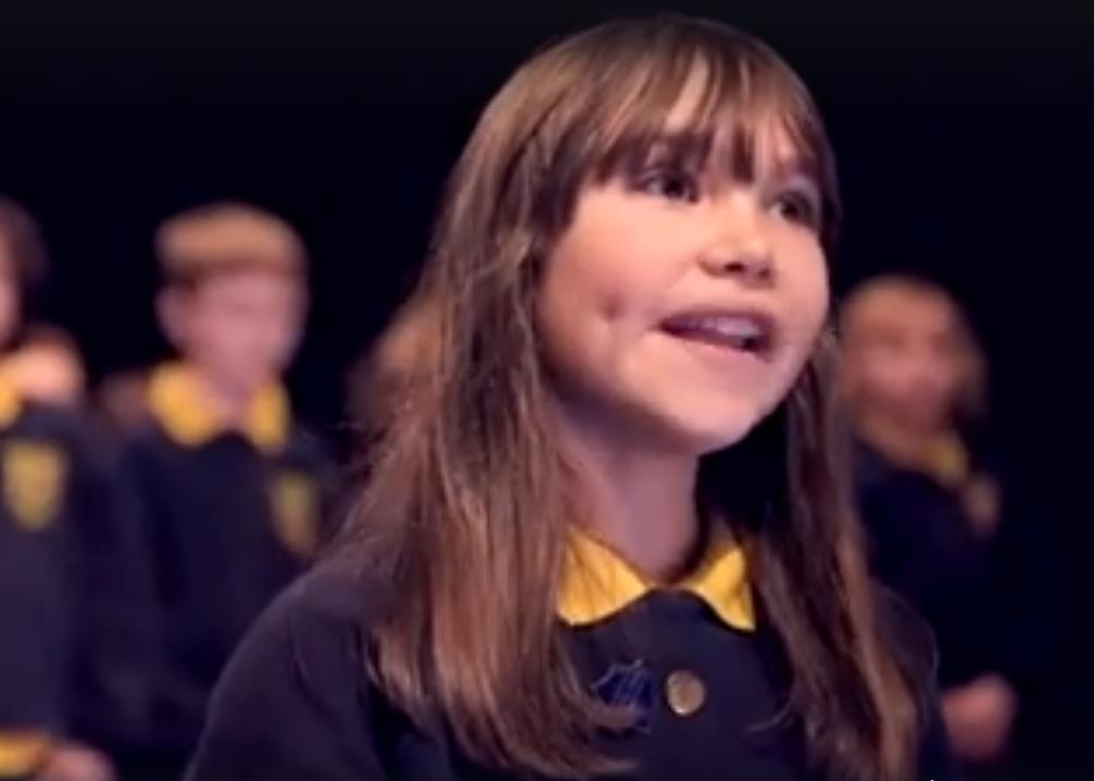 A jovem Kaylee Rodgers cantando 'Hallelujah' (Foto: Reprodução/Youtube)