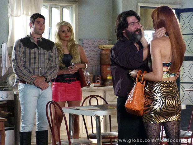 Tenentes levam Cristal até Dom Rafael (Foto: Flor do Caribe / TV Globo)