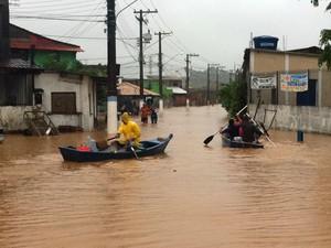 Moradores da rua da Palha, em Mangaratiba, usam barco para circular pelo bairro (Foto: Carolina Lauriano/G1)