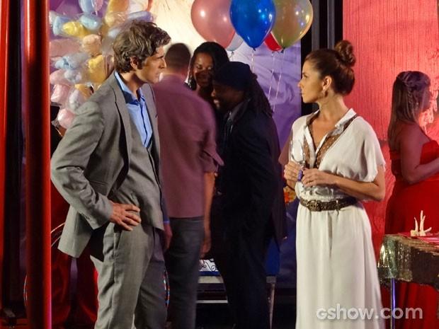 Cadu começa a briga já no fim da festa e eles se estranham (Foto: Em Família/TV Globo)