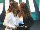 Daniela Mercury ganha prêmio e comemora com beijo na mulher
