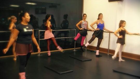 Timbó faz aula de hip hop e Renatinha, de balé fitness
