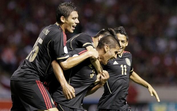 Salcido comemora primeiro gol do México contra Costa Rica (Foto: Reuters)
