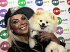 Karina Bacchi leva seu cachorrinho a evento em São Paulo