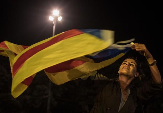 Milhares de pessoas se reúnem em praça de Barcelona para aguardar pelo resultado do referendo pela independência da Catalunha, na Espanha (Foto: Chris McGrath/Getty Images)