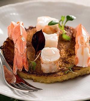 Crepe de grão-de-bico com camarões e azeite de nozes  (Foto:  )