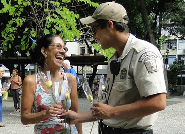 Mulheres receberam a prenda na Central do Brasil, em Copacabana e Madureira. (Foto: Elielson Rocha / Divulgação Guarda Municipal)