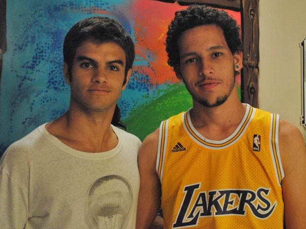 Sempre presente nas gravações, Gaspar oriente Daniel Blanco nas cenas de grafite (Foto: Malhação / TV Globo)